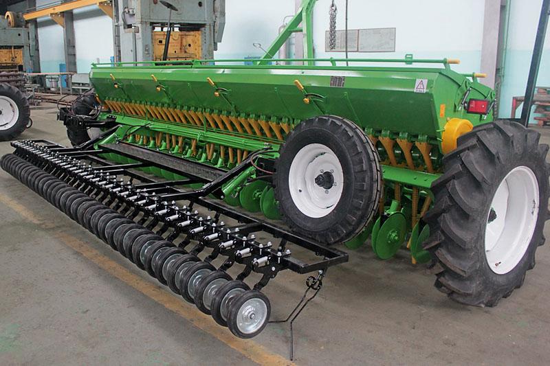 Сеялка зернотуковая СЗ-5,4М комплектация: двудисковый сошник, универсальный дозатор семян и удобрений, гидравлические маркеры, цепные загортачи, шины 12.4-24