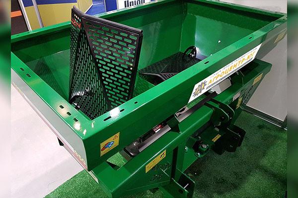 Разбрасыватель минеральных удобрений навесной РУМ Фермер гидравлика, без кард/вал 1200 л 16-20 м